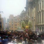 Tradicional procesión de San Martín de Porres en el centro histórico de Lima.