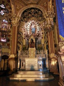 Imagen de María Auxiliadora bendecida por san Juan Bosco en Turín en 1885,[22] y ubicada en la Basílica María Auxiliadora y San Carlos de Buenos Aires.