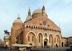 La Basílica de San Antonio de Padua, que alberga el sepulcro con sus restos mortales.