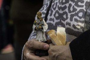 Detalle de la procesión y misa de San Cayetano. El pan -así como la espiga de trigo y el color amarillo- es un símbolo del santo. Es frecuente observar la estatuilla o la estampita entre las manos de los fieles. Fotografía tomada en la iglesia de San Cayetano de Paraná, Entre Ríos.