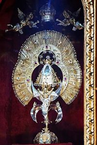 La imagen de la Virgen de los Ángeles vestida con ornamentos de oro y piedras preciosas como es exhibida en el altar principal de la Basílica de Nuestra Señora de los Ángeles