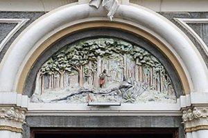 Ornamento sobre el dintel de la entrada principal de la Basílica de Nuestra Señora de los Ángeles, ilustrando la aparición de la imagen de la Virgen de los Ángeles ante la mulata Juana Pereira.