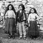 Los tres pastorcitos de Fátima: Lucía dos Santos (izquierda de la fotografía), y sus primos, Francisco Marto (centro) y Jacinta Marto (derecha).