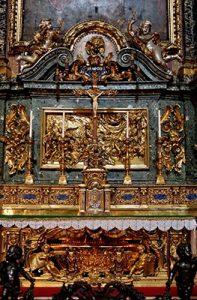 En la capilla de san Ignacio de la iglesia del Gesú de Roma, está la urna de bronce dorado que conserva los restos del santo. Ésta es obra de Alessandro Algardi, el retablo fue hecho por el jesuita Andrea Pozzo, finalizado en 1695.