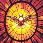 La paloma del Espíritu Santo en la vidriera sobre el trono.