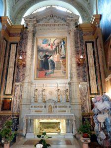 Altar dedicado a Domingo Savio en el interior de la Basílica de María Auxiliadora, en Turín. Bajo el altar se encuentra la urna dorada que guarda sus restos.