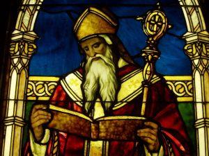 Detalle de san Agustín en una vidriera por Louis Comfort Tiffany en el Lightner Museum.